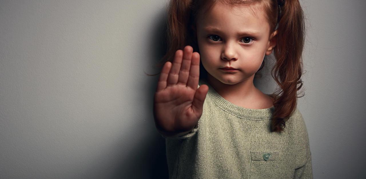 Gebissen! Kind weint, weil es gebissen wurde