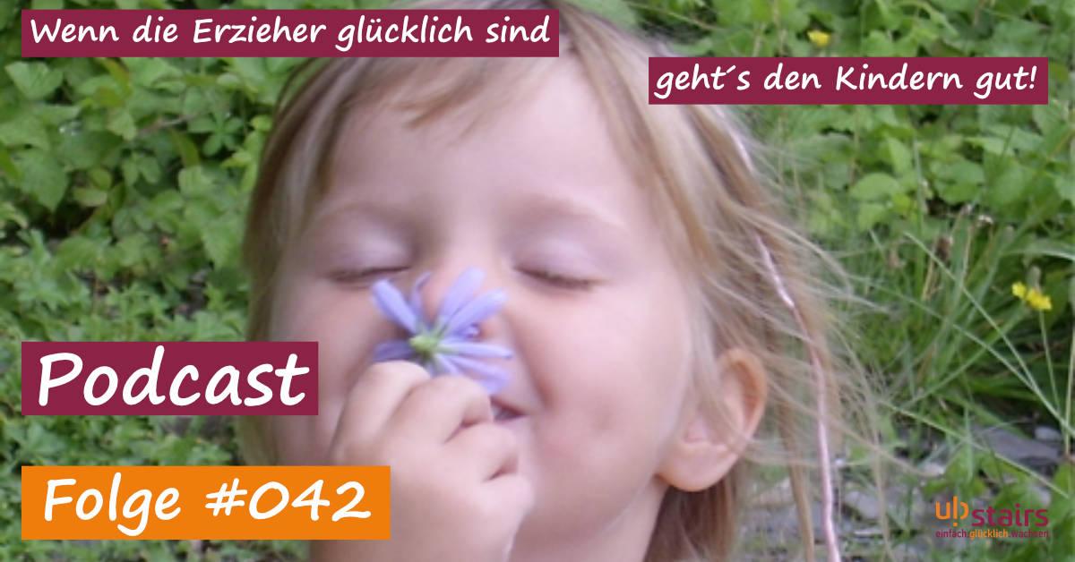 Mädchen genießt den Duft einer Blume - So kann Inklusion gelingen